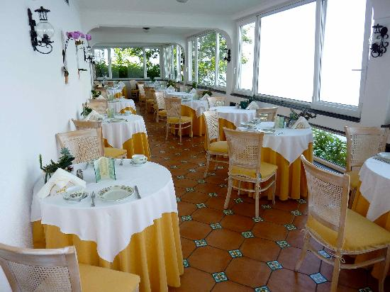Hotel Villa Garden: breakfast room on the sea