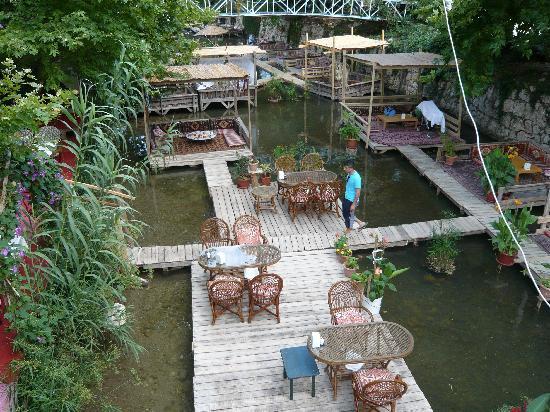 Arikanda River Garden Hotel: Café im Fluss