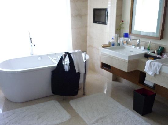 The Oberoi, Gurgaon: Bathroom - check out the tub!