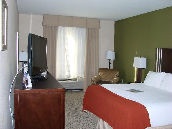 Holiday Inn Express Lake Wales N - Winter Haven: Hotel room bedroom