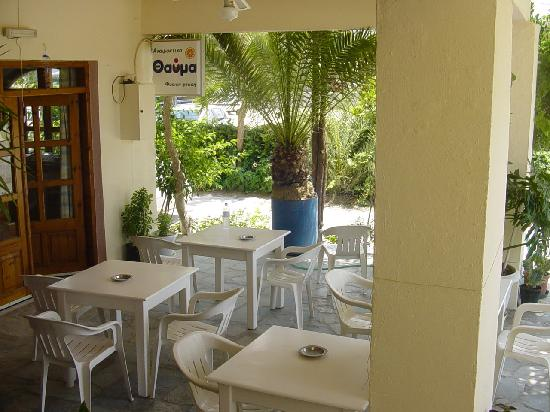 Hotel Knossos: Marias Blumenterasse