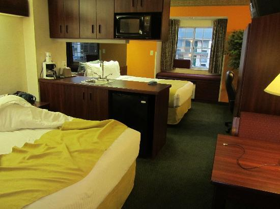 Microtel Inn & Suites by Wyndham Rock Hill/Charlotte Area: Room with the kitchen area between the beds