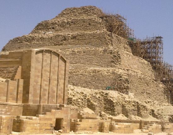 Pyramides de Saqqarah : restoration of sakkara pyramid.