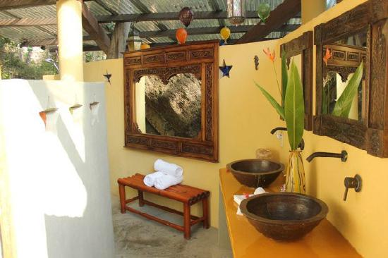 Casa Pericos: Beautiful outdoor bathroom. Surrounded by rock and jungle.