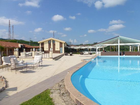 Piscina picture of hotel il parco degli ulivi for Piscina villafranca