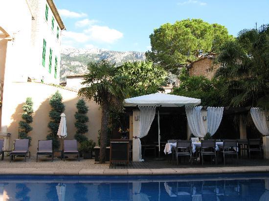 Hotel L'Avenida: Poolside at L'Avenida Hotel