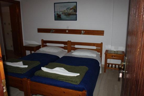 Hotel Eleftheria Parikia: Notre chambre..vous y voyez la presque totalité