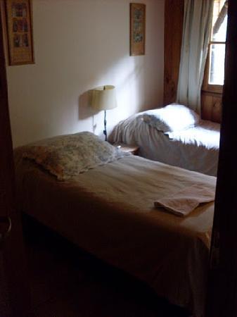 Las Cumbres Apart & Suites: Cuarto con dos camas