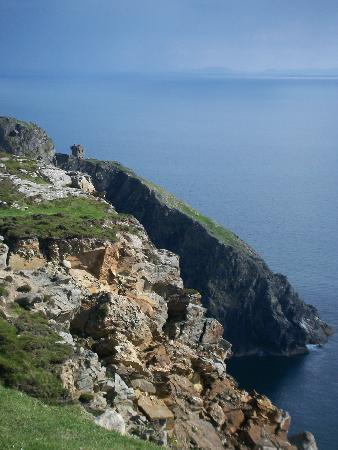 Донегал, Ирландия: A watchtower in ruins at Slieve League.