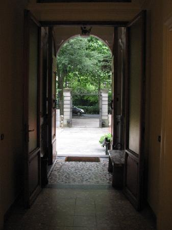 Residence Michelangiolo: 建物内部からゲ-ト部分を撮影