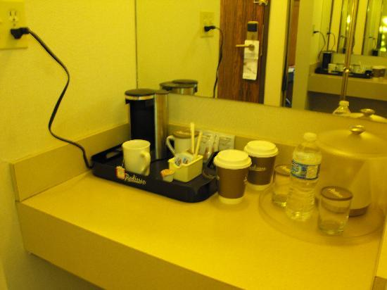 Clarion by Choice Hotel and Conference Centre: Coffee making area