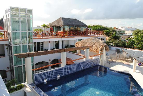 Illusion Boutique Hotel by Xperience Hotels : The pool and loungers