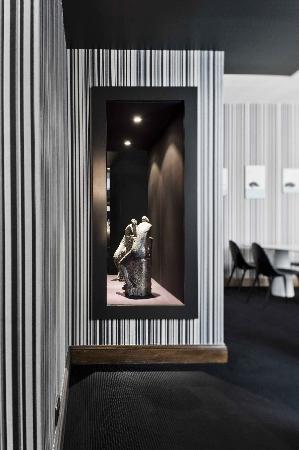 La Monnaie Art & Spa Hotel Luxe: Sculpture près de la réception