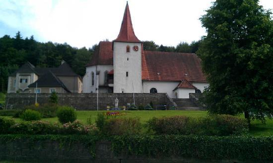 Das Steinberger Event & Seminar Hotel Alttlengbach: church in center of the village (not sure)
