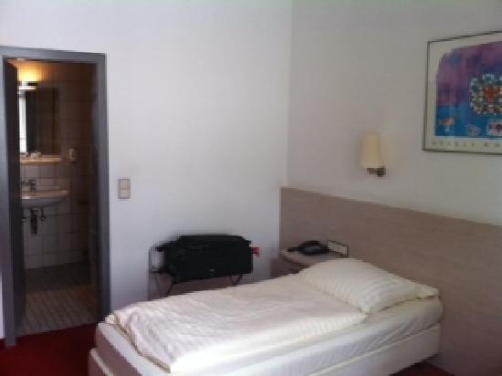 Topas Hotel: bed amd bathroom doorway