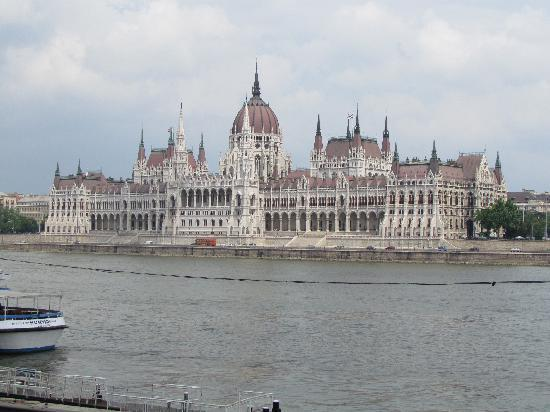 Budapeste, Hungria: Parliament House on a misty day