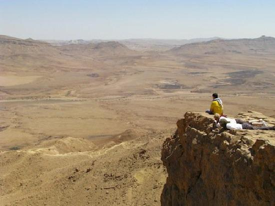 Abboud Tours: One of the many cliffs in Mitzpe Ramon Crater