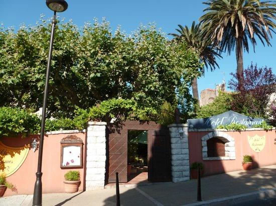 Le Clos Des Aromes: Entrée de l'Hôtel par le restaurant