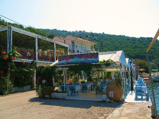 Sivota, Yunani: street approach