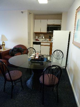 La Renaissance Suites: Esstisch mit Blick zur Küche