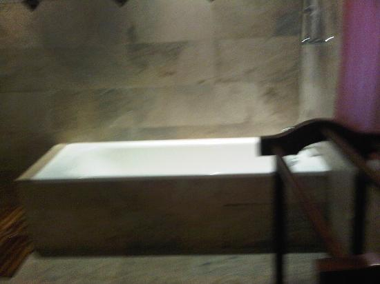 Raffles Holiday Hotel: the bath tub