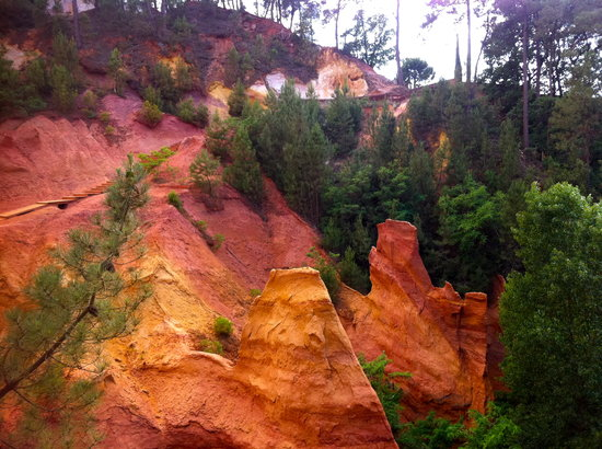 Roussillon, Frankrike: ocher cliffs along the route