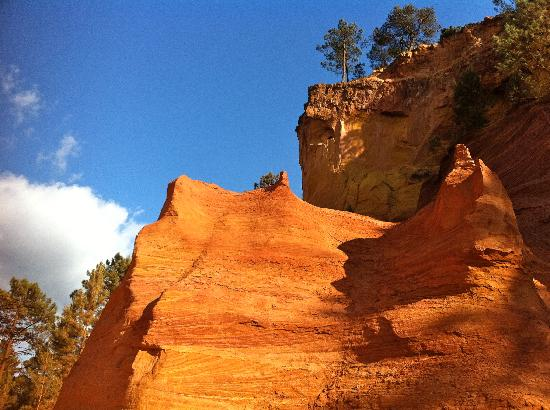 Chausee des Geants: beautiful ocher cliffs along the hike