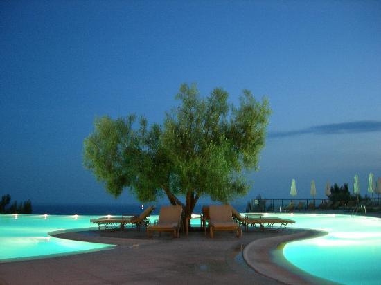 Ikos Oceania: piscine principale en soirée