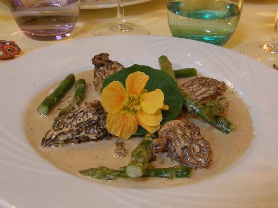 Lou Candeloun: Secondo piatto: Morchelle ripiene di paté di volatile con ristretto di carnee asparagi verdi