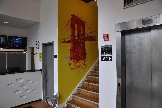 Super 8 Brooklyn / Park Slope Hotel: Trendy Front Desk
