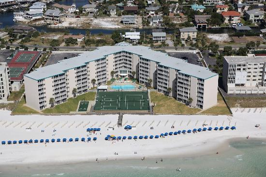 Holiday Surf & Racquet Club: Holiday Surf in Destin is right on the beach. Every room has a view of the beach.
