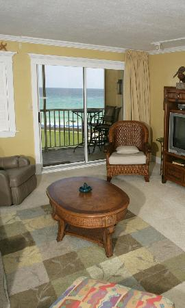 Holiday Surf & Racquet Club: Holiday Surf Destin Room. This and every room has views of the Gulf Beach. Very relaxing.