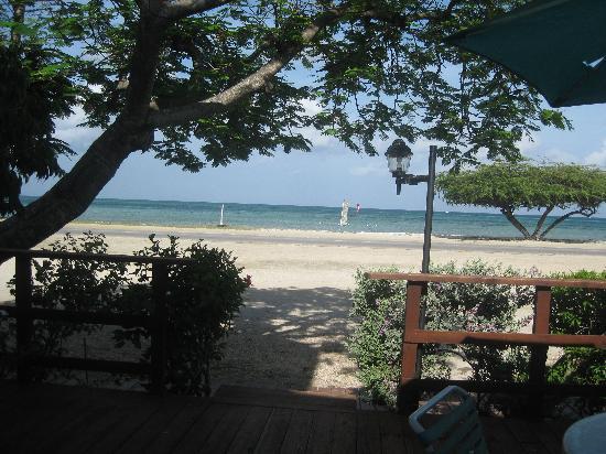Aruba Beach Villas: view of the beach from our deck