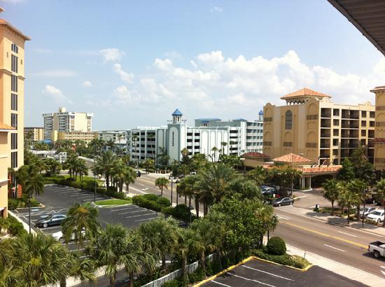 Clearwater Beach Hotel: The view from our door and window looking to the left