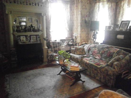 Grammy Rose's Bed & Breakfast: Living Room