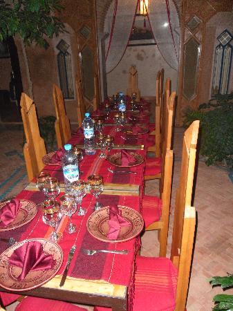 Riad Zahir : La table prête dans le patio