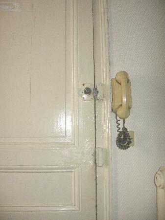 Hôtel Wagram : la porte de la chambre ss poignée