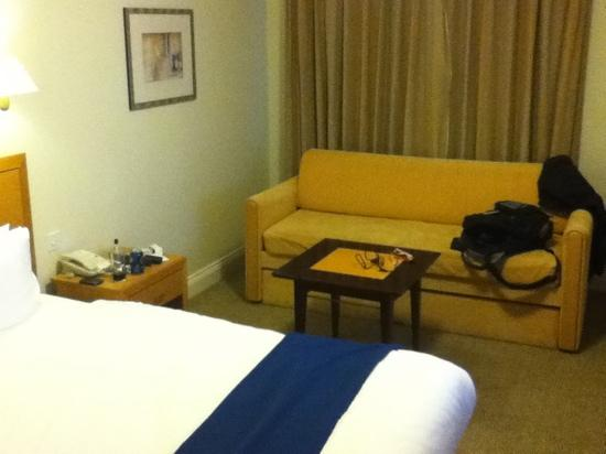 Holiday Inn Farnborough: couch in the room