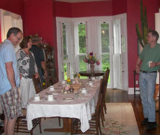 Brookside Manor Bed and Breakfast: Chatting before breakfast