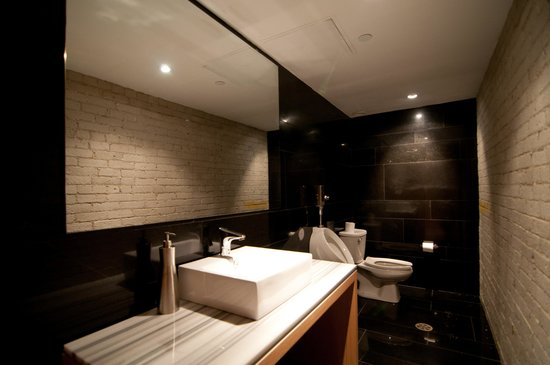 Hotel Ocho: Restaurant Washroom