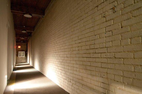 Hotel Ocho: Hotel Hallway
