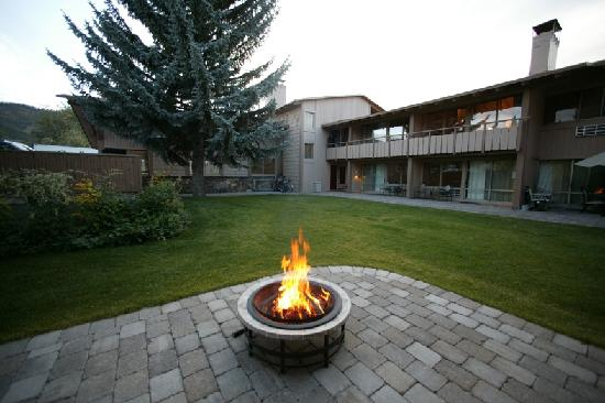 Tamarack Lodge: courtyard