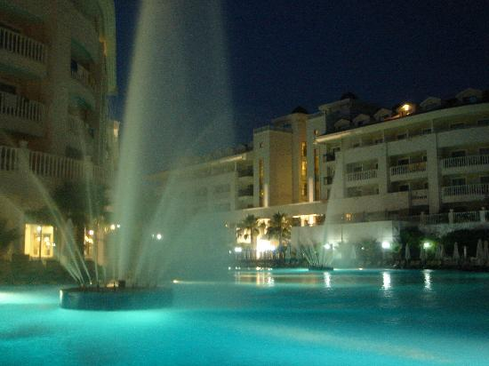 Alba Queen Hotel: The pool at night