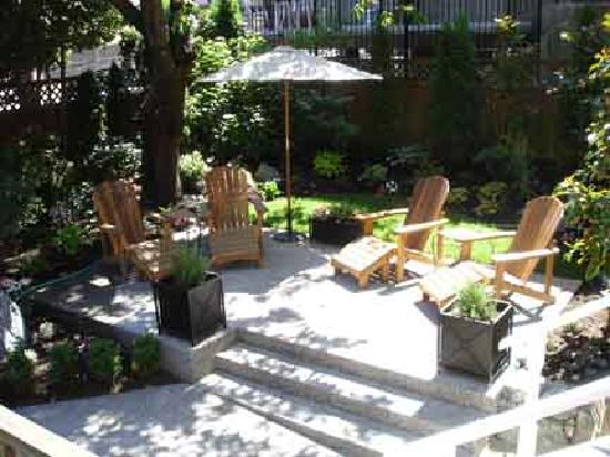 Barclay House Bed and Breakfast : The sunny garden patio.