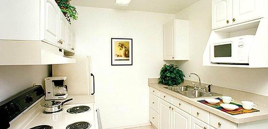 Marin Suites Hotel: Kitchen Area