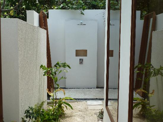 Jumeirah Dhevanafushi: Our outdoor shower
