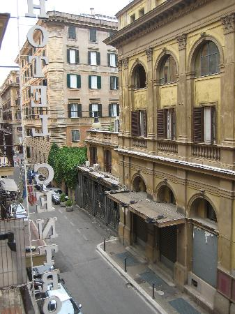 Hotel Opera Roma: View from our big bathroom window