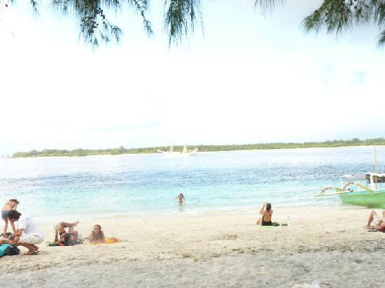Aaliku Bungalows: beach outside Aaliku