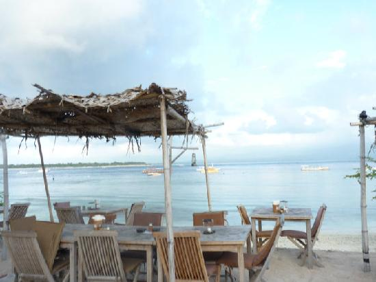 Aaliku Bungalows: restaurant at the end of the main st