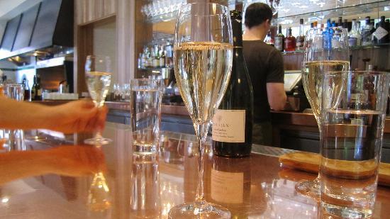 Cotogna: prosecco at the bar